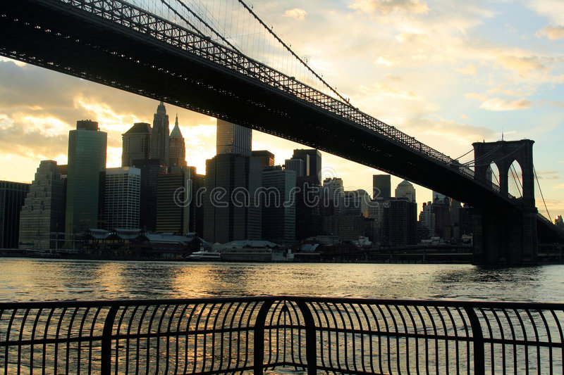 De Brug van Brooklyn bij Zonsondergang royalty-vrije stock afbeelding