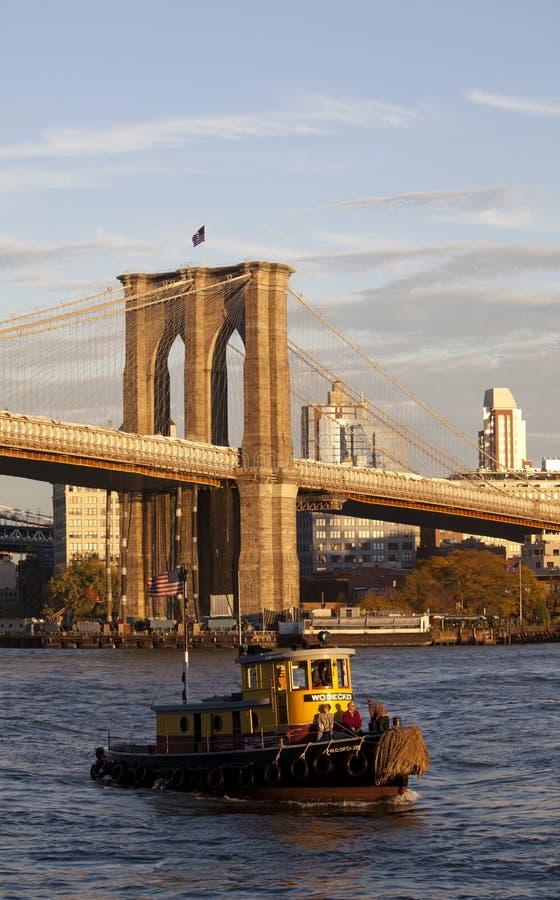 De Brug van Brooklyn en de Boot van de Sleepboot, New York royalty-vrije stock fotografie