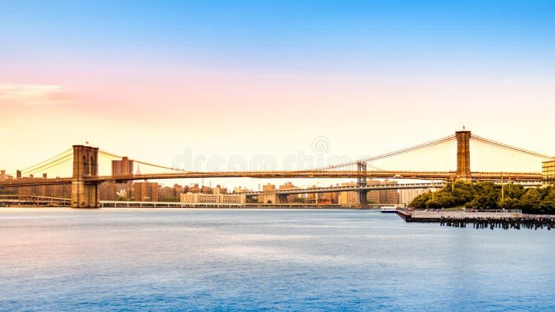 De Brug van Brooklyn en de horizon van Manhattan bij sunse royalty-vrije stock fotografie