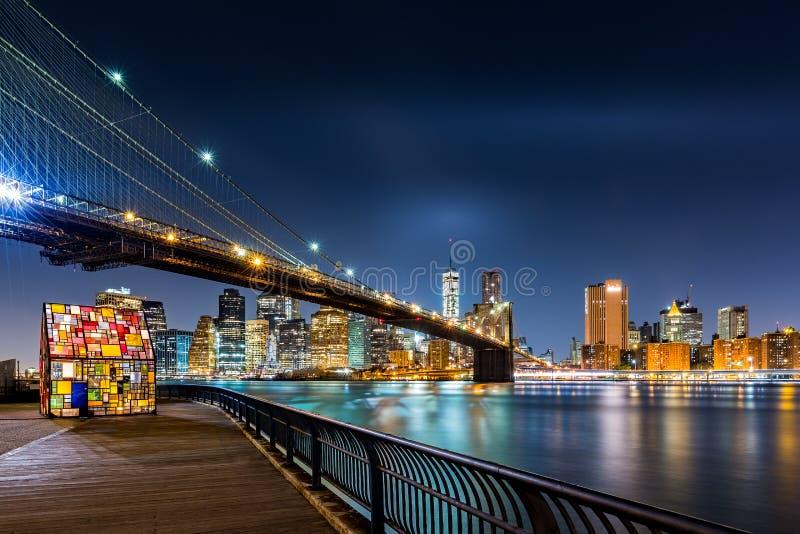 De Brug van Brooklyn en de Lower Manhattan 's nachts horizon royalty-vrije stock foto's