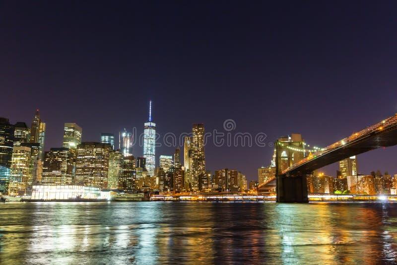 De brug van Brooklyn en de waterkant van Manhattan bij nacht royalty-vrije stock foto's