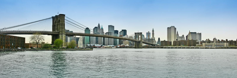 De brug van Brooklyn en het lagere panorama van Manhattan stock foto