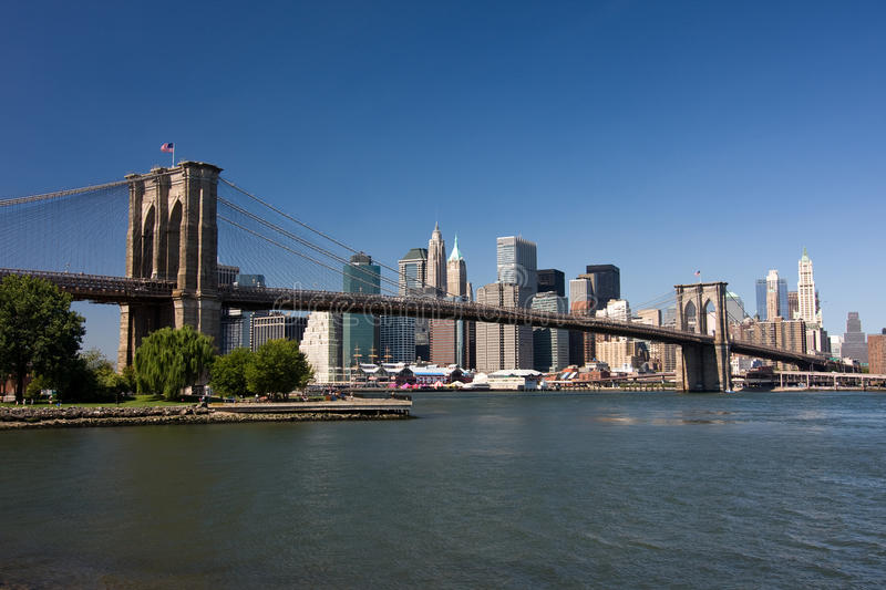 De Brug van Brooklyn en lager Manhattan stock foto's