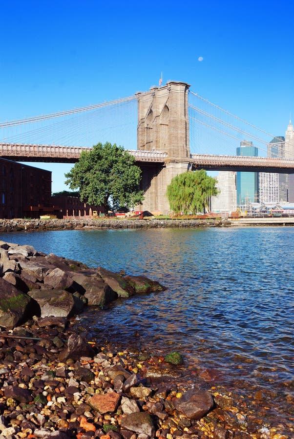 De Brug van Brooklyn en over Rivier Hudson stock afbeelding