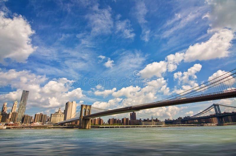 De brug van Brooklyn, Hudson-rivier en het Eiland de horizon de V.S. van Manhattan, New York stock fotografie