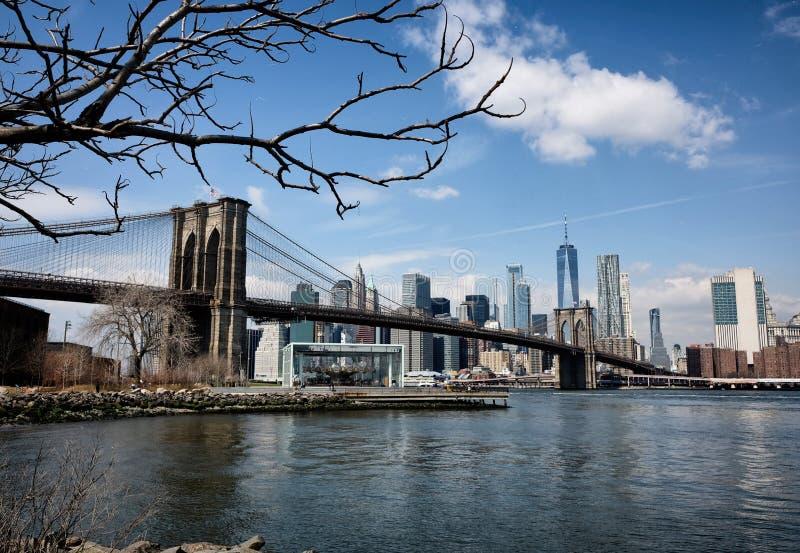 De brug van Brooklyn met de Stadshorizon van New York stock foto