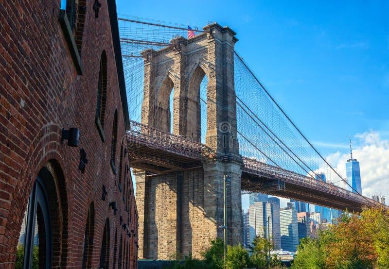 De Brug van Brooklyn in zonnige die dag uit de Brugpark van Brooklyn wordt gevergd, de Stad van New York, Verenigde Staten royalty-vrije stock foto's