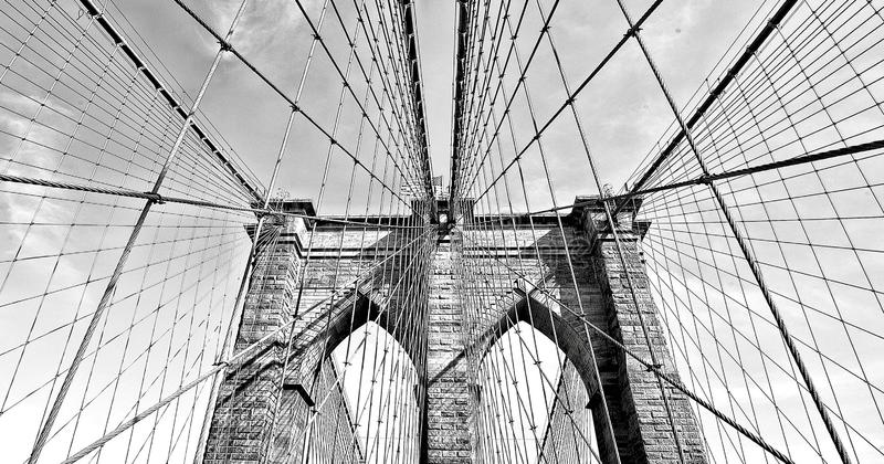 De brug van Brooklyn in zwart-wit, van de binnenstad Manhattan, New York, de V.S. stock fotografie