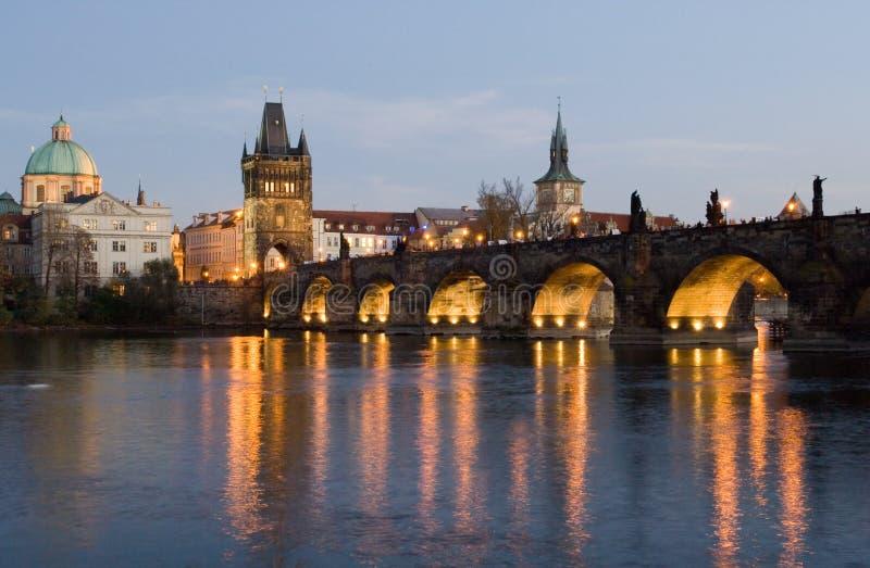 De brug van Charles bij nacht stock foto