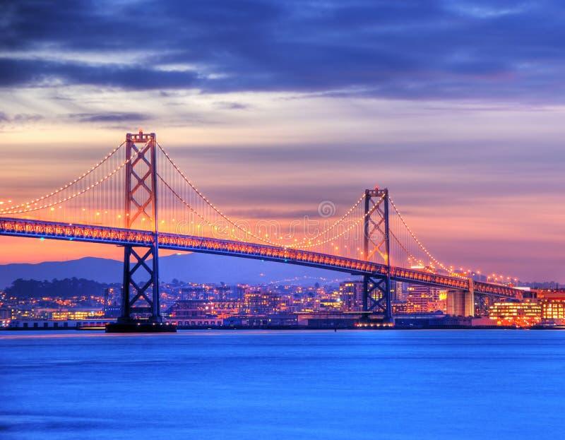 De Brug van de baai, San Francisco bij schemer stock foto's