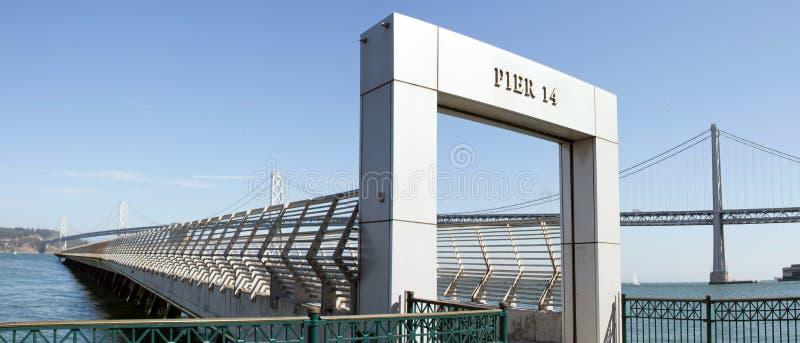 De Brug van de Baai van Oakland door Pijler 14 in San Francisco royalty-vrije stock fotografie
