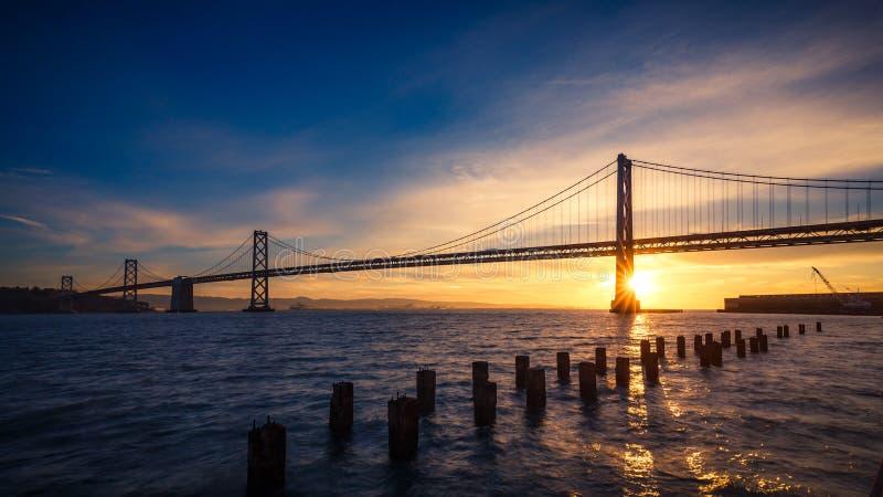 De brug van de Baai van San Francisco bij zonsopgang royalty-vrije stock foto's