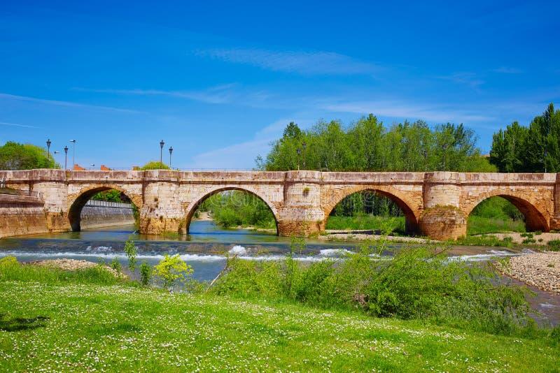 De brug van de Bernesgarivier in Leon Way van Heilige James royalty-vrije stock fotografie