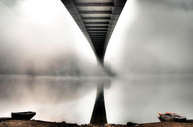 De brug van de geheimzinnigheid met twee boten royalty-vrije stock afbeelding