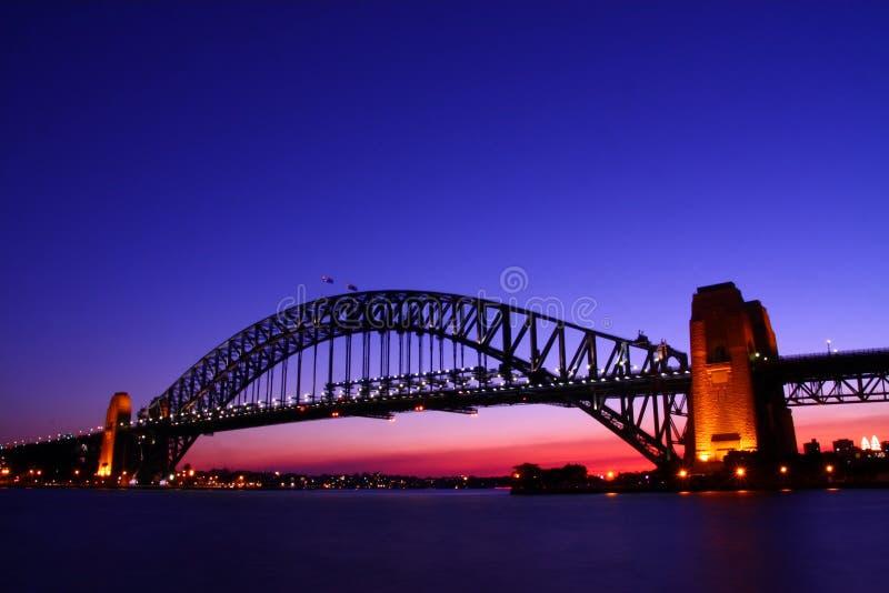 De Brug van de Haven van Sydney bij schemer. royalty-vrije stock afbeelding