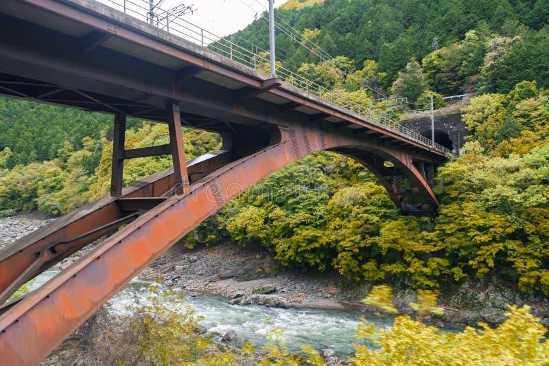 De brug van de ijzerspoorweg over Hozu-Rivier in Arashiyama, Japan royalty-vrije stock foto