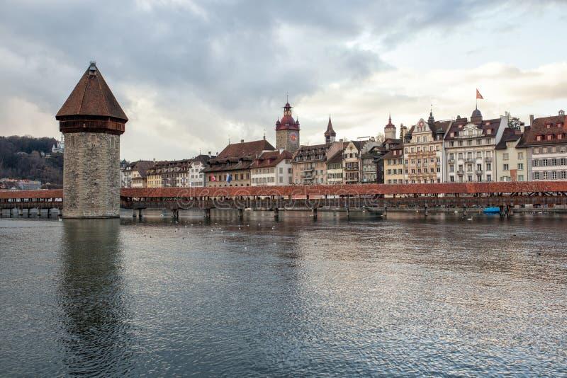 De brug van de Kapellbruckekapel met watertoren in Luzerne, Switzerl stock fotografie