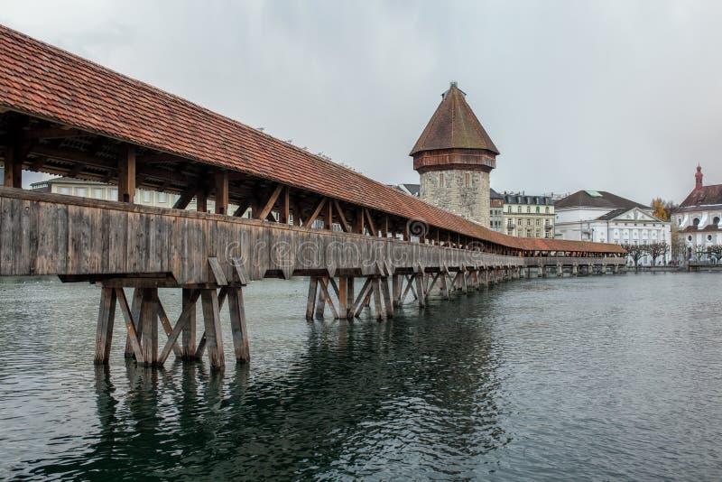 De brug van de Kapellbruckekapel met watertoren in Luzerne, Switzerl stock foto