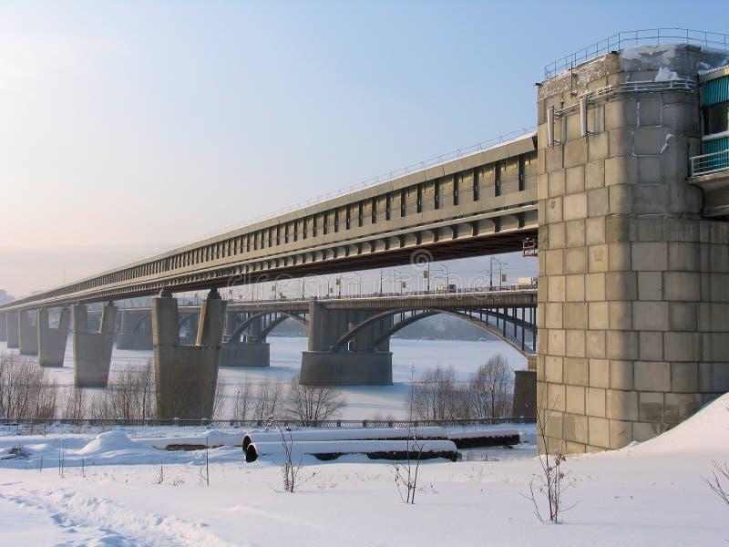 De brug van de metro over rivier Ob stock foto's