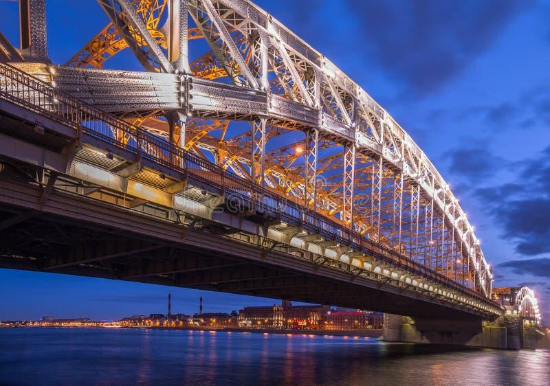 De brug van de nachtstad in lichten in Heilige Petersburg royalty-vrije stock afbeelding