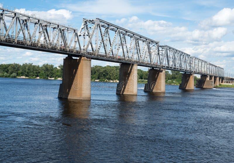 De brug van de Petrivskiyspoorweg in Kyiv (de Oekraïne) over Dnieper stock afbeeldingen