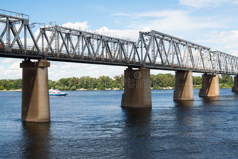 De brug van de Petrivskiyspoorweg in Kyiv (de Oekraïne) over Dnieper royalty-vrije stock foto's