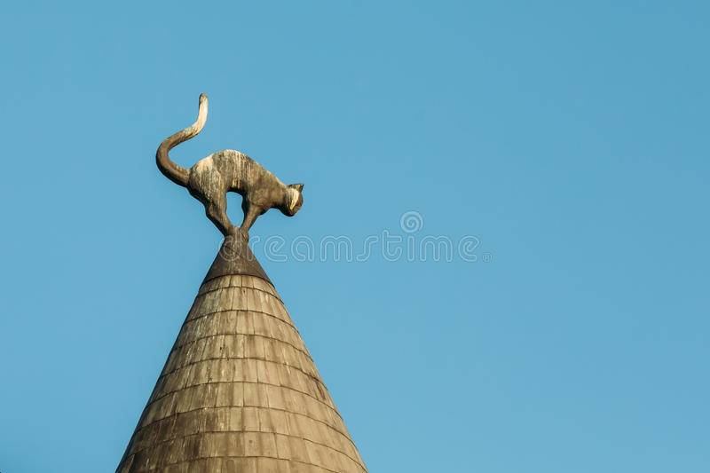 De brug van de Sluier Dicht Zwart Cat Sculpture On Turret Taper-Dak van Cat House, royalty-vrije stock fotografie