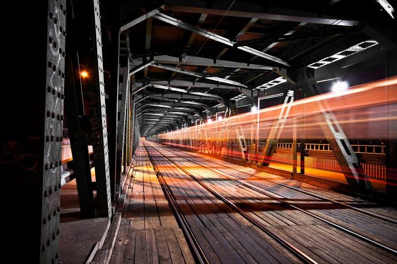 De brug van de spoorweg bij nacht royalty-vrije stock afbeelding