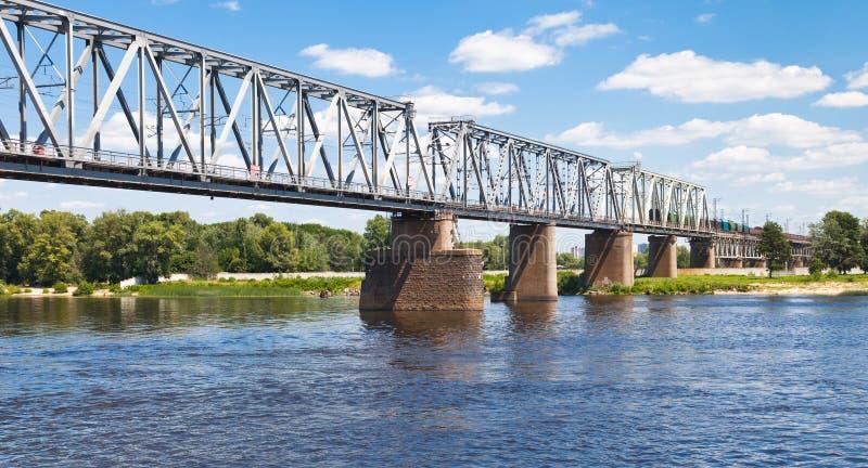 De brug van de spoorweg door rivier royalty-vrije stock foto's