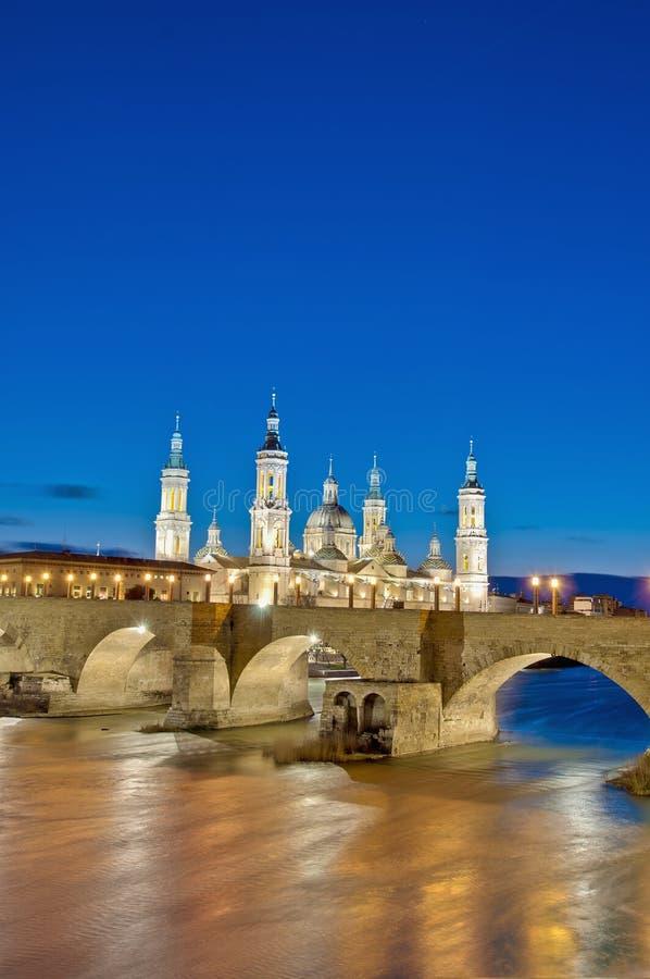 De Brug van de steen en Ebro Rivier in Zaragoza, Spanje royalty-vrije stock afbeelding