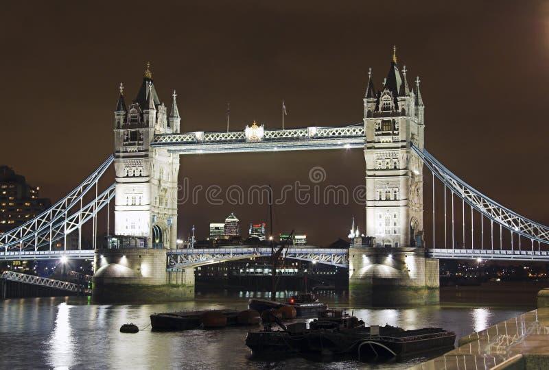 De Brug van de toren bij nacht stock afbeeldingen