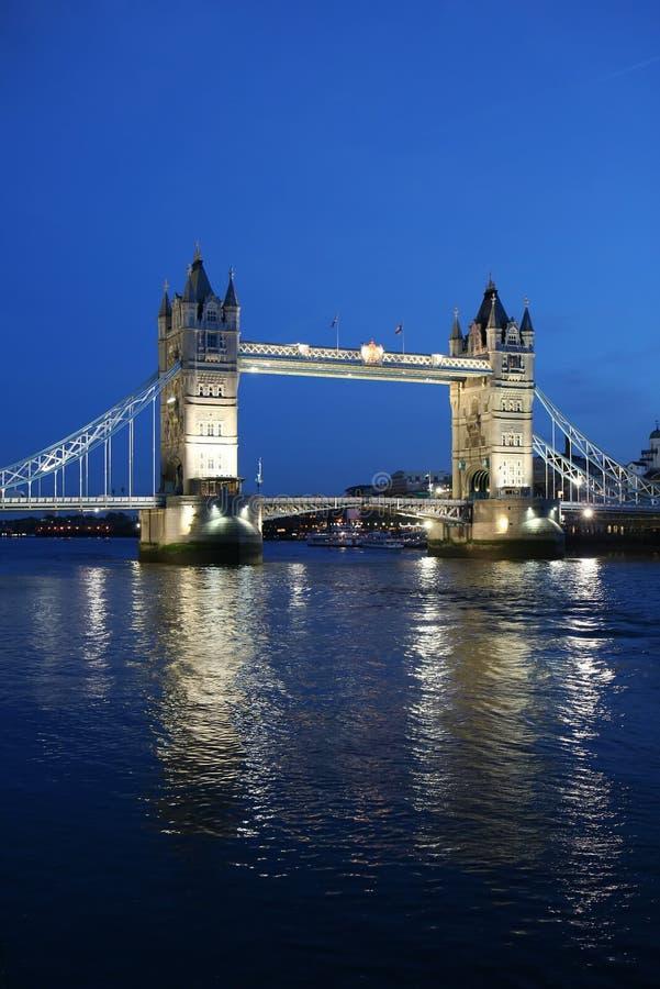 De Brug van de toren bij twilight- Londen stock foto's