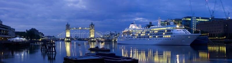 De Brug van de toren en de Voering van de Cruise stock fotografie