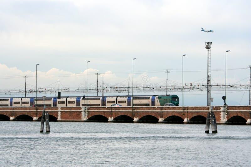 De brug van de trein op het Adriatische overzees stock afbeelding