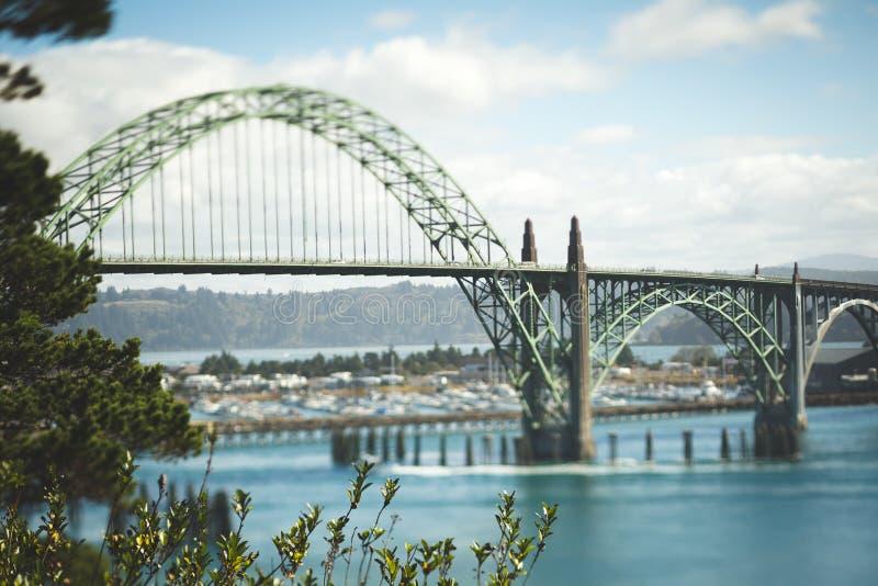 De Brug van de Yaquinabaai in Nieuwpoort, Oregon stock foto