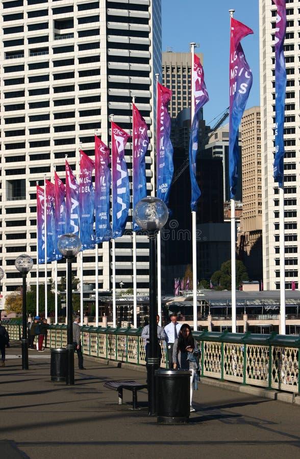 De Brug van erfenispyrmont met kleurrijke vlaggestokken en lichte posten bij Kokkelbaai, Darling Harbor, Sydney, Australië stock afbeelding