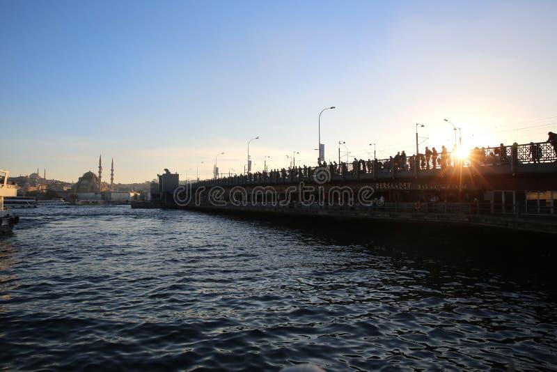 De brug van Galata in Istanboel stock afbeeldingen