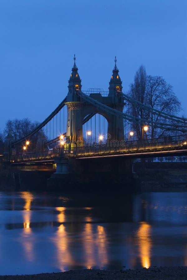 De Brug van Hammersmith in de avond stock afbeelding