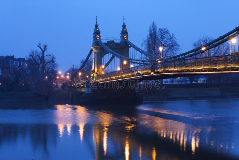 De Brug van Hammersmith in de avond stock fotografie