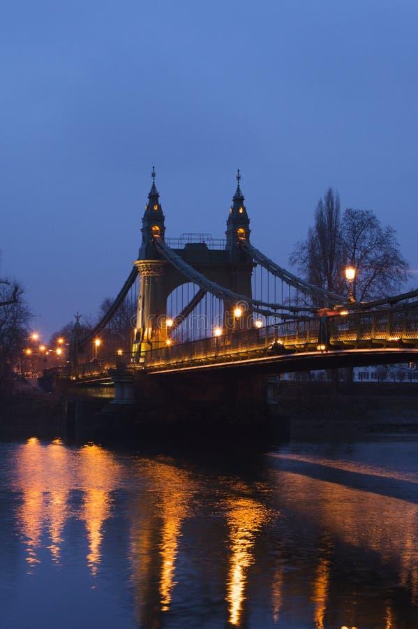 De Brug van Hammersmith in de avond stock afbeeldingen