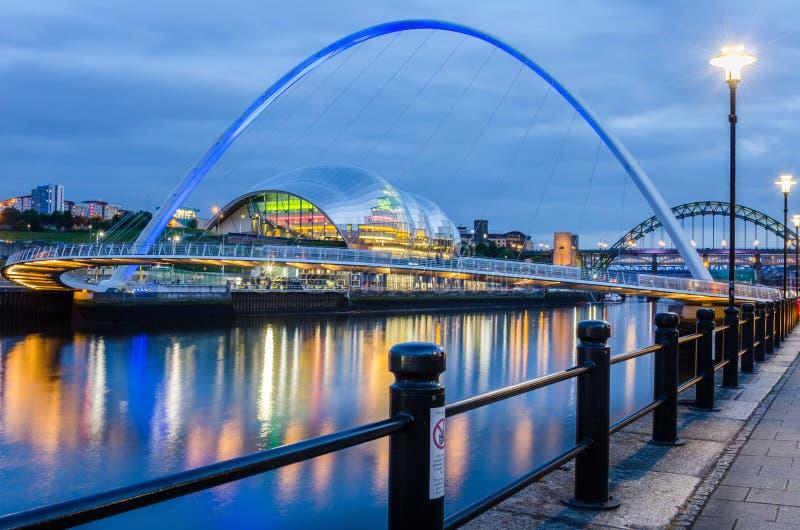 De Brug van het Gatesheadmillennium over de Rivier de Tyne in Newcastle bij Schemer stock afbeelding