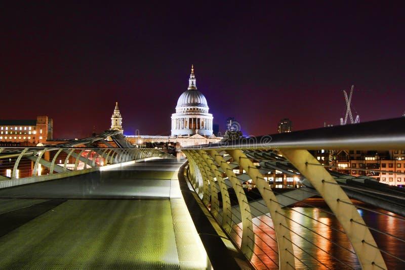 De Brug van het millennium & St Paul Kathedraal bij nacht stock foto's