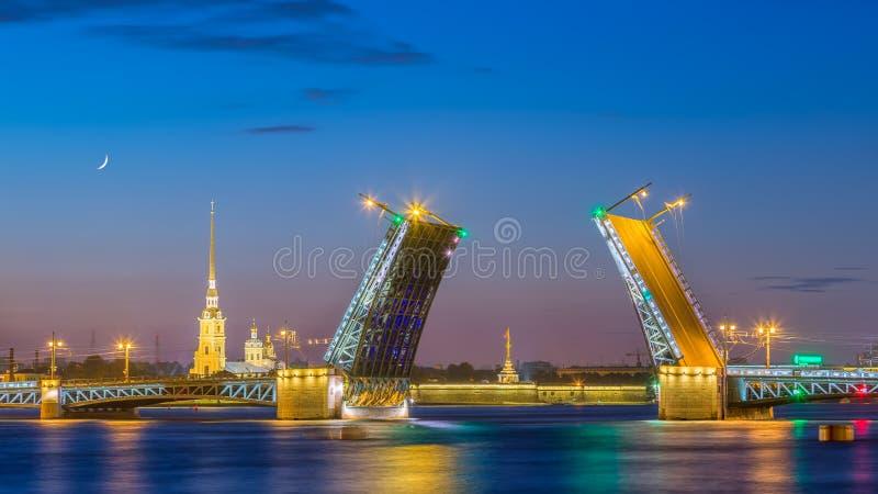 De Brug van het scheidingspaleis in Heilige Petersburg tijdens de Witte Nacht royalty-vrije stock foto