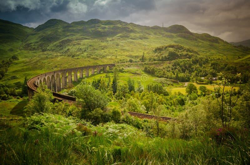 De brug van het treinviaduct in Glenfinnan in Schotland stock afbeeldingen