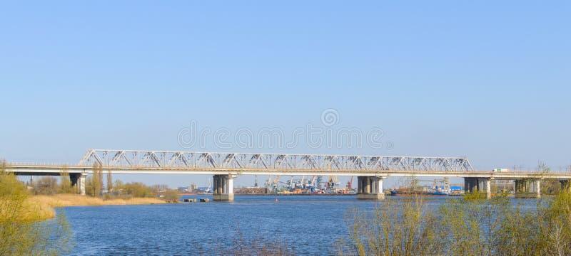De brug van de het westenspoorweg boven rivier trekt aan Industriële haven op achtergrond royalty-vrije stock afbeeldingen