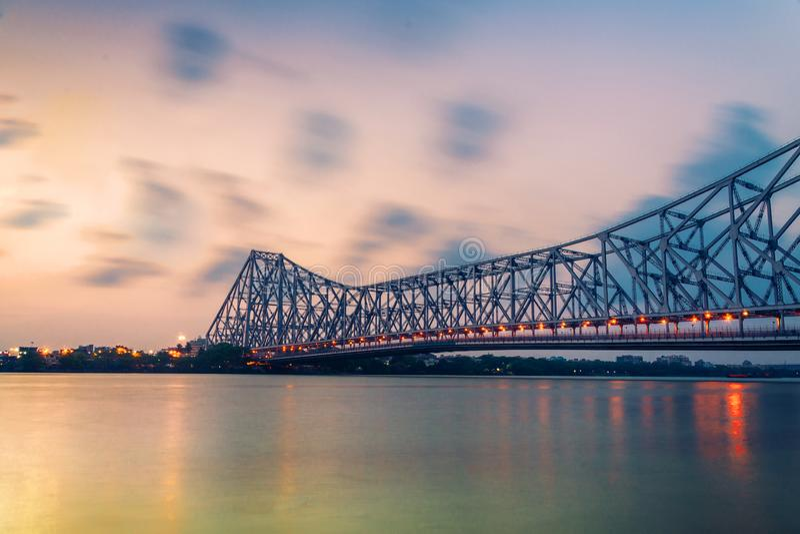 De brug van Howrah, Kolkata in regenachtige dag stock foto