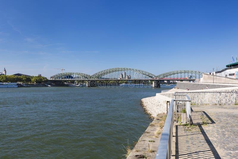 De Brug van Keulen Hohenzollern en Rijn-Rivier, Duitsland, redactie stock foto's