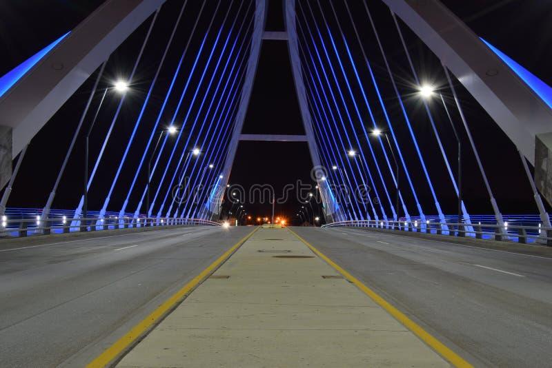 De Brug van de Lowryweg bij nacht stock foto's
