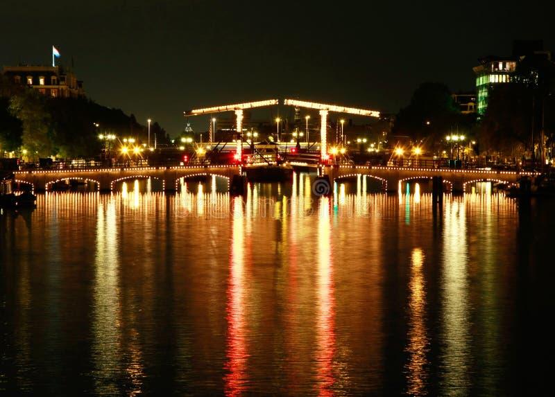 https://thumbs.dreamstime.com/b/de-brug-van-magere-amsterdam-bij-nacht-10832886.jpg