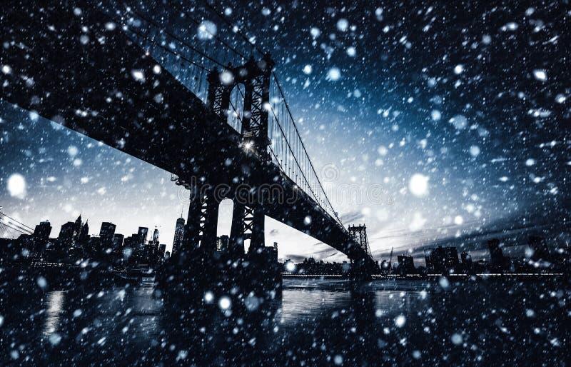 De Brug van Manhattan bij Nacht royalty-vrije stock foto's